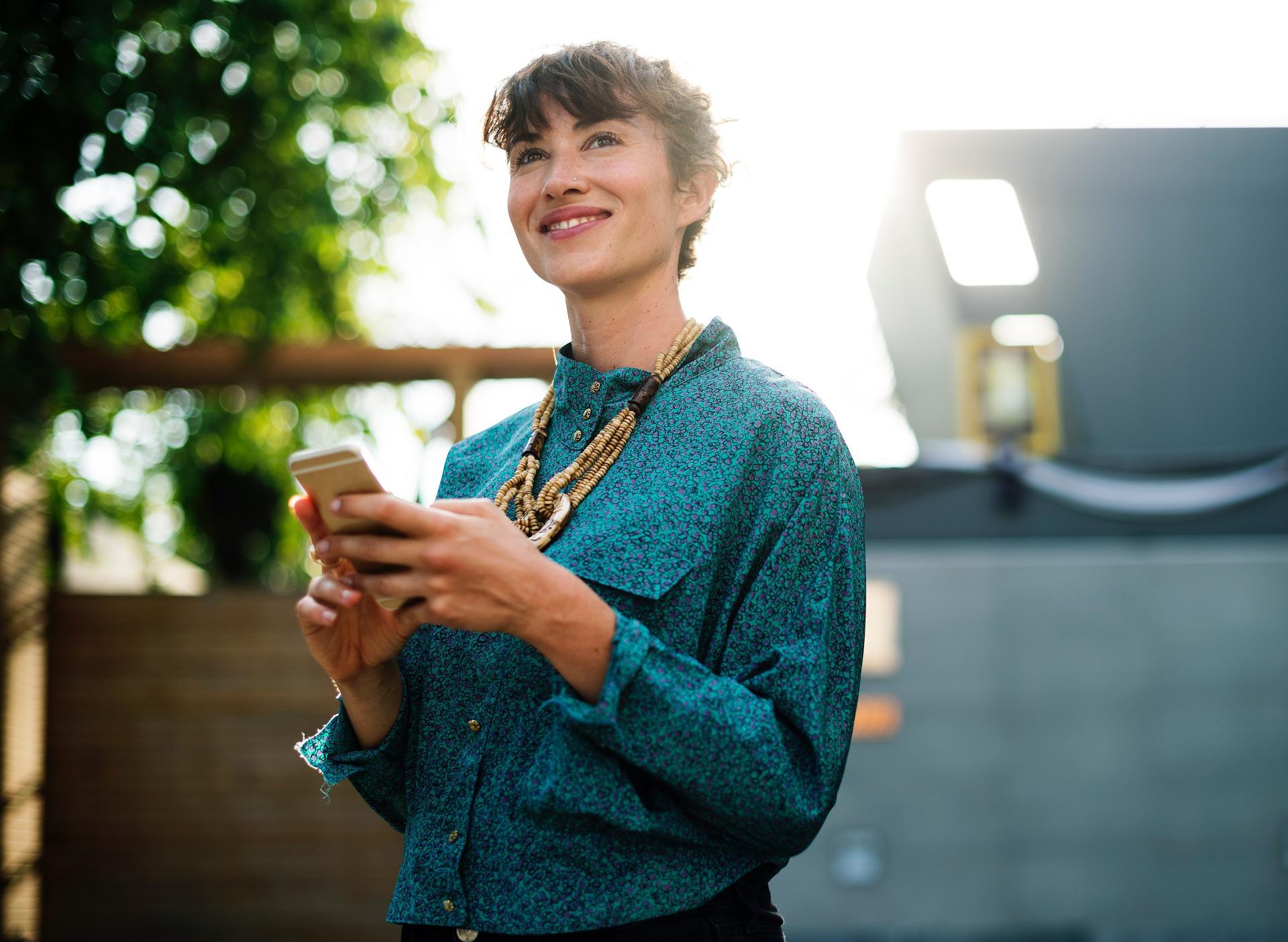 Menneske kvinde smil glad sms'er