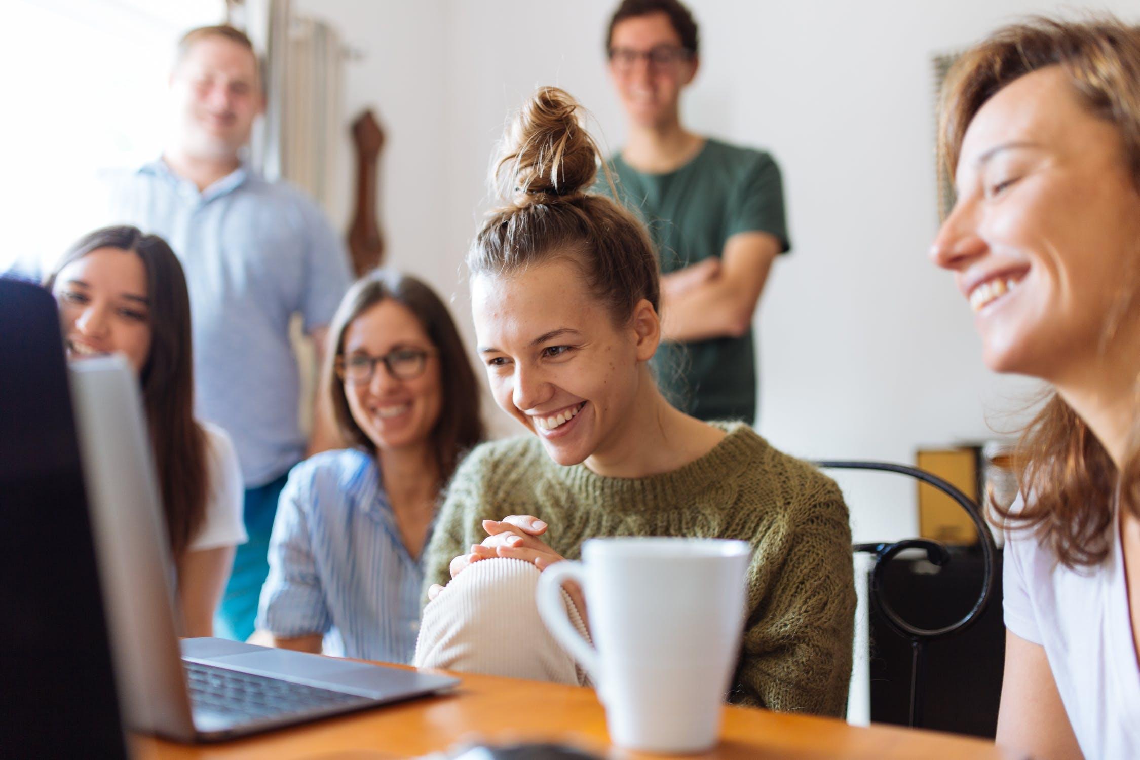 Gruppe af mennesker kigger på computer