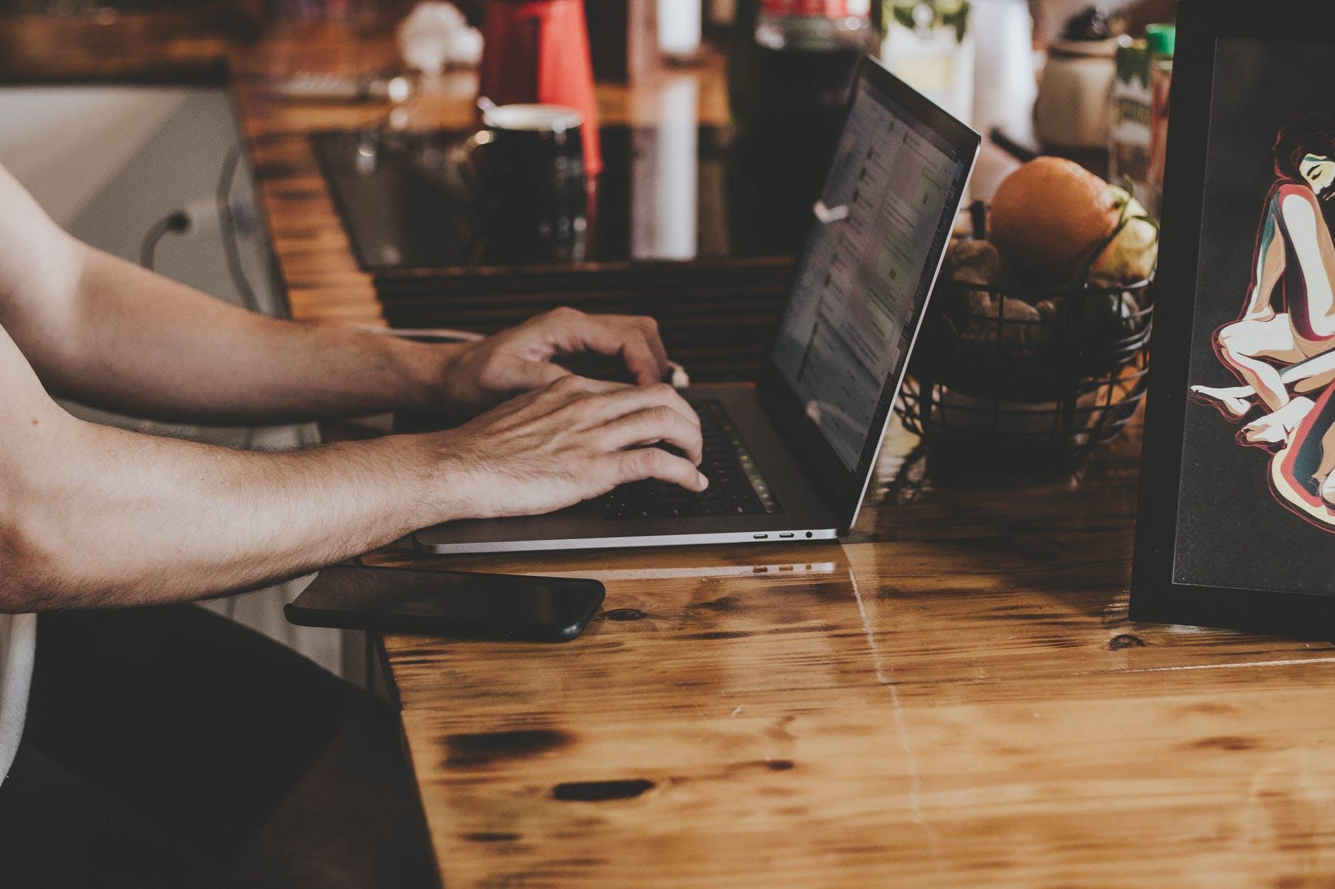 Mand med laptop