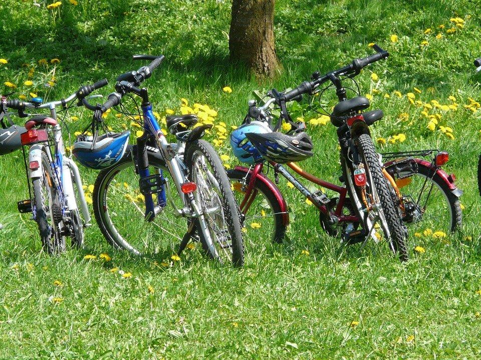 Parkerede cykler med lygter